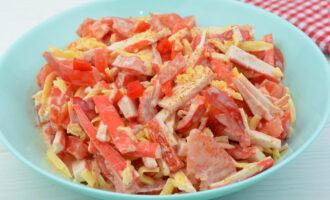 Салат «Красное море» с крабовыми палочками, помидорами и сладким перцем – пошаговый рецепт с фото