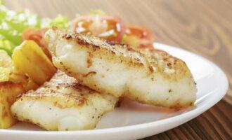 «Королевский» минтай с картошкой, морковью и луком, запечённый в духовке – пошаговый рецепт