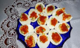 Яйца, фаршированные сыром с красной икрой – пошаговый рецепт